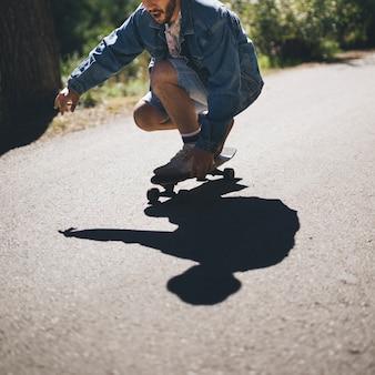 男のスケートボードのミディアムショット