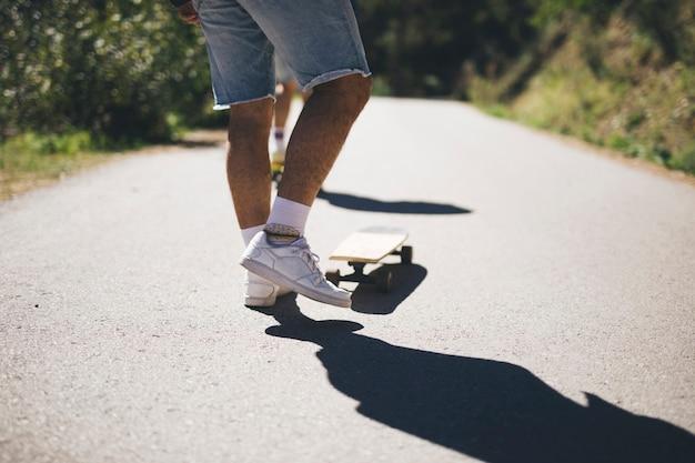 スケートボードの男の背面図