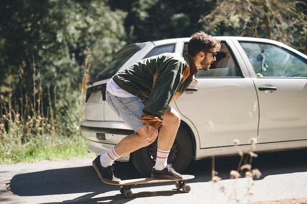 スケートボードの男の側面図