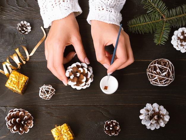 クリスマスの飾りを作る女性のトップビュー
