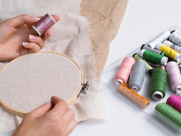 木製の指輪で装飾を作る女性
