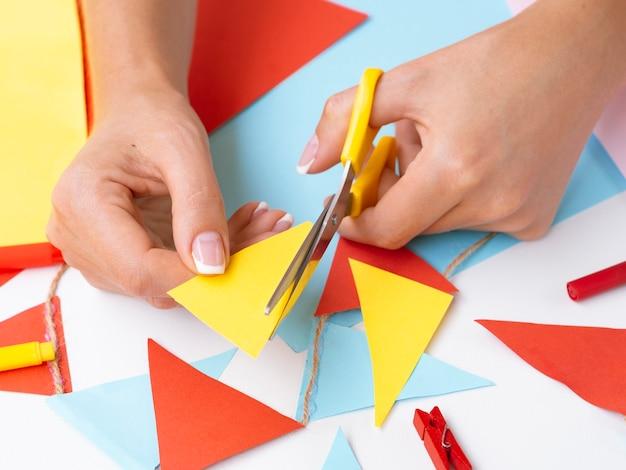色紙で装飾を作る女性