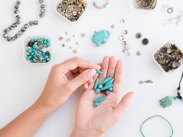 Женщина, держащая цветные бирюзовые камни