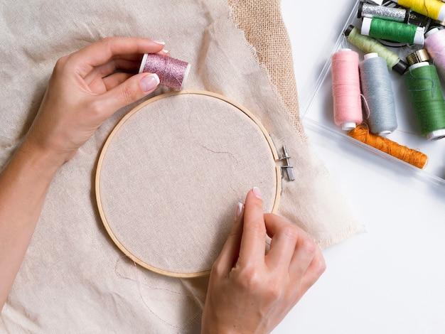 装飾を作る女性のトップビュー