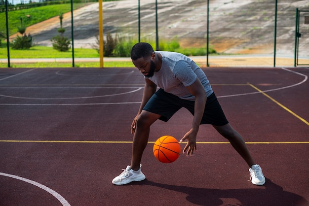 アフリカ人の男がボールを打つロングショット