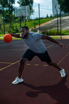 Американский мужчина играет в баскетбол