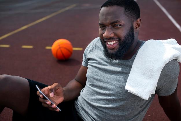 Американский спортсмен отдыхает средним выстрелом