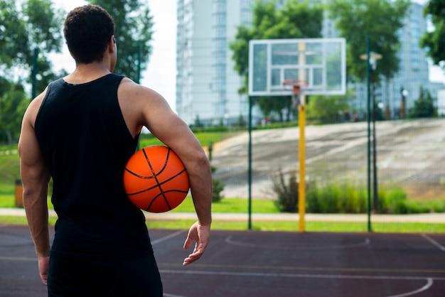 バスケットを見てハンサムな男