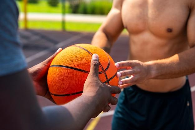 Человек, дающий мяч другому человеку