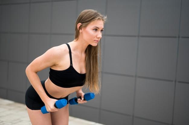 スポーツ演習を行うスポーティな女性