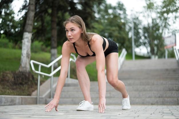 ウォーミングアップの練習をしている美しい若い女性