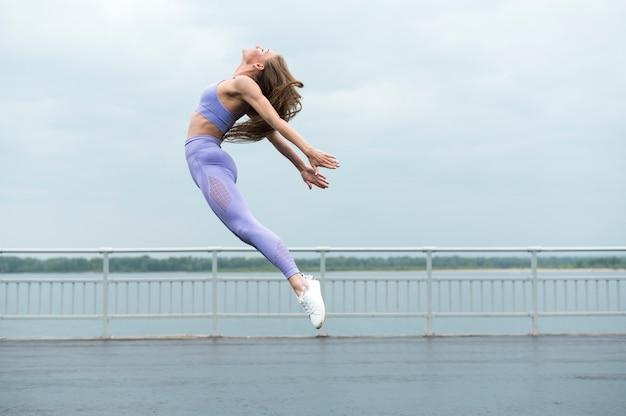 ロングショットをジャンプ美しい女性