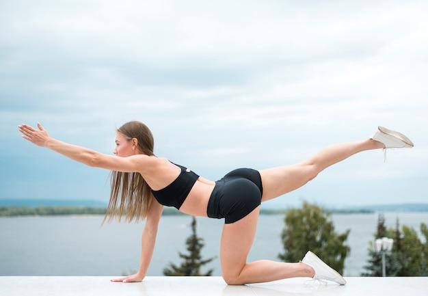 Сексуальная красивая женщина делает упражнения фитнес
