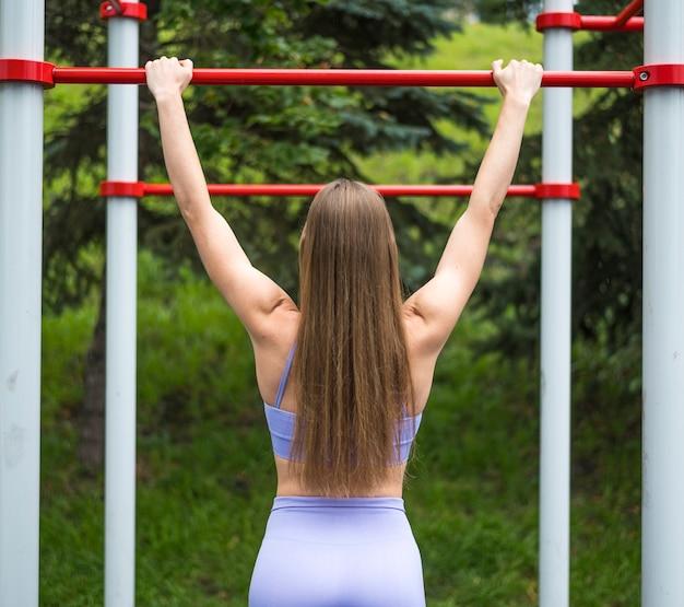 ミディアムショット公園で演習を行う女性