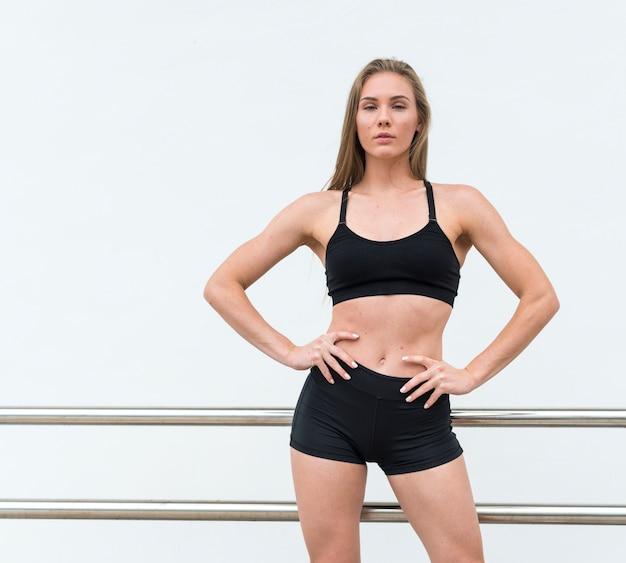Спортивная женщина смотрит в камеру