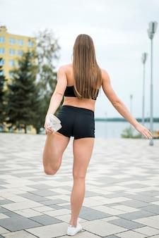 スポーツロングショットを行う若いかわいい女性