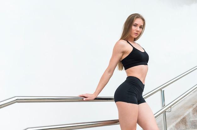 Великолепная женщина делает фитнес упражнения среднего выстрела