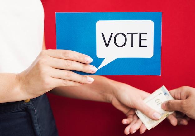 Вид спереди женщина поощряет голосование