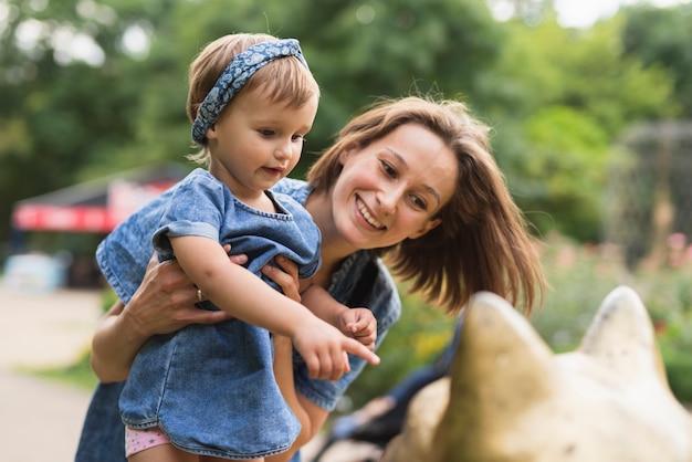 母と娘のミディアムショット