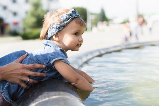 噴水の少女の側面図