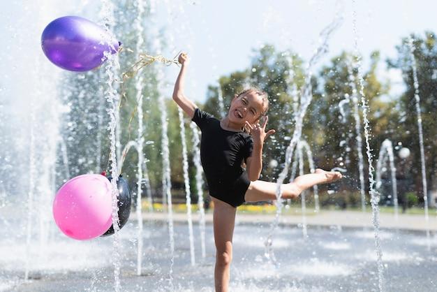 Вид спереди девушки с воздушными шарами