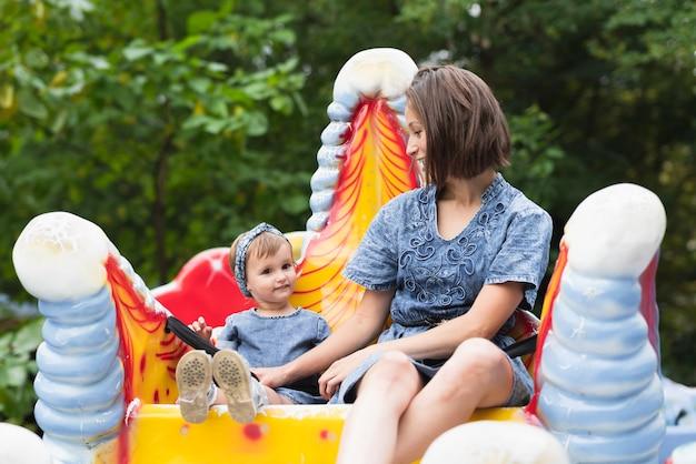 母と娘一緒に公園で