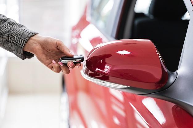 車のキーを保持している女性のクローズアップ