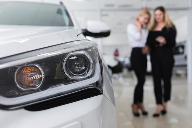 Вид спереди женщины в автосалоне