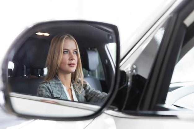 鏡の中の女性のクローズアップの反射