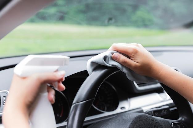 Съемка крупным планом ручной очистки рулевого колеса