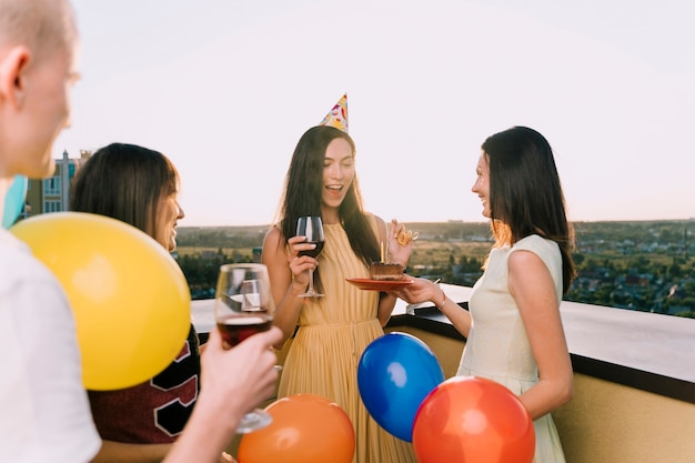 屋上で祝う人々