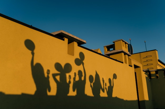 Тени людей вечеринки на крыше
