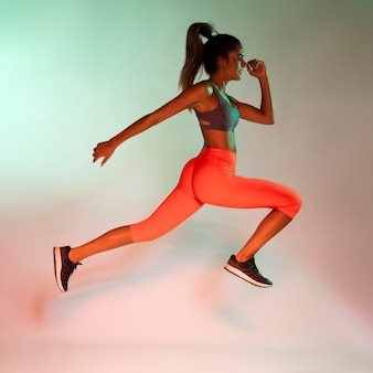 Вид сбоку бегущего спортсмена