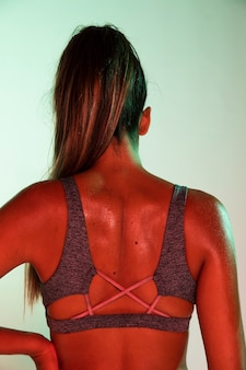 Вид сзади спортсмена с цветным фоном