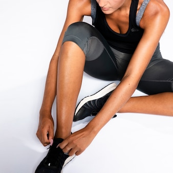 靴ひもを結ぶクローズアップ女性