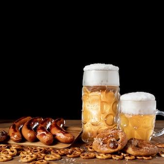 Крупным планом вкусные баварские напитки и закуски