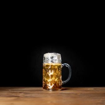 黒の背景とバイエルンのビールのおいしいマグカップ