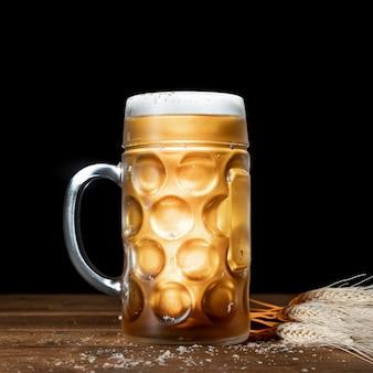 黒い背景とビールのクローズアップのマグカップ