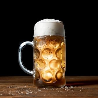 テーブルの上のクローズアップのおいしいオクトーバーフェストビール