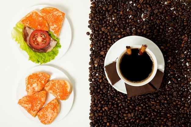 コーヒーカップの配置とフラットレイプロテイン朝食