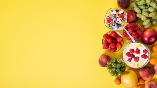コピースペースの新鮮な果物とシリアルの朝食の配置