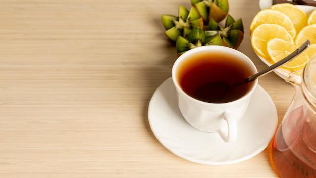 無地の背景にお茶のカップのスペースカップをコピーします。