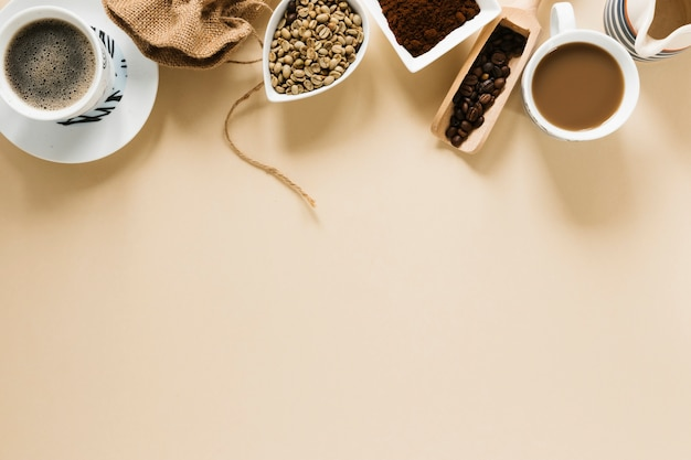 Вид сверху кофейных чашек с копией пространства