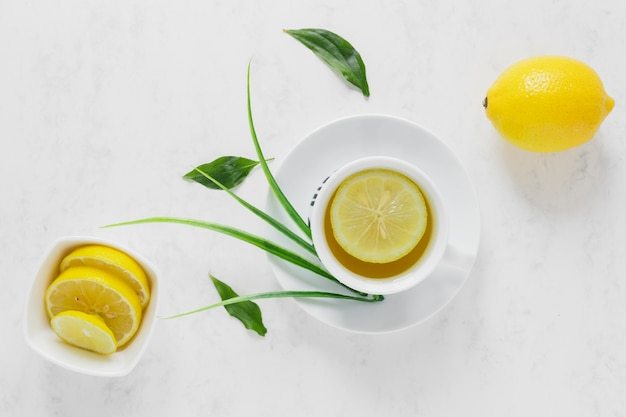 Вид сверху лимонного чая с дольками лимона