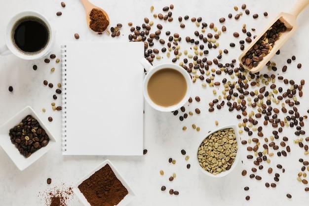 ノートブックモックアップとコーヒーのトップビュー