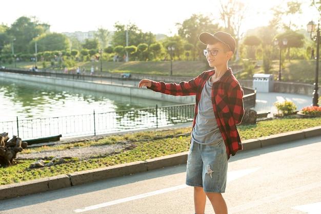 Средний снимок мальчика в парке