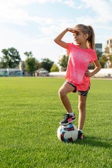 Полный снимок девушки в розовой футболке