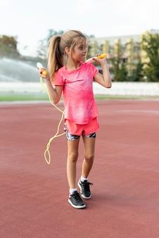 Девушка в розовой футболке с прыжком