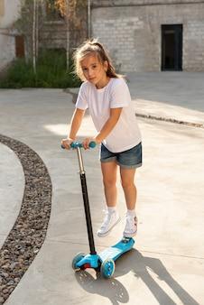 Полный снимок девушка езда скутер
