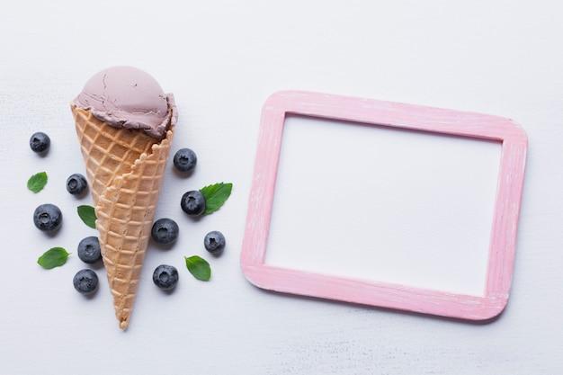 フレームモックアップとブルーベリーアイスクリーム